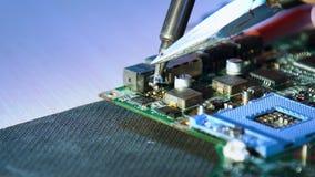 Motherboard van workshopcursussen het solderen reparatie stock footage