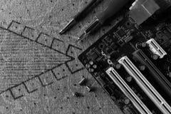 Motherboardreparatur auf Beschaffenheitshintergrund mit Werkzeugen lizenzfreie stockbilder