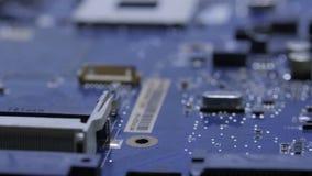 Motherboards in dem Service-Center Reparatur des Computerzubehörs stock footage