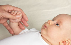 Motherhand e babyfingers fotografia stock