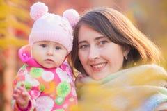 motherhood Mamma och dotter på arkivfoto