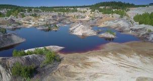 Motie aan hersteld meerecosysteem in verlaten kleikuil stock video