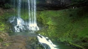 Motie aan watervalbodem over cascade stock video