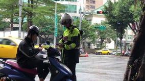 Motie die van politie een kaartje voor motorfietsbestuurder geven stock videobeelden