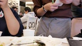 Motie die van serveerster orde voor klant binnen Chinees restaurant nemen stock videobeelden
