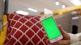 Motie die van vrouw groene het scherm mobiele telefoon houden stock video