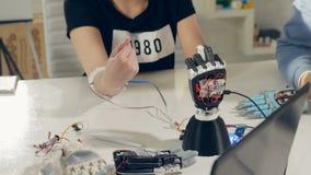Motie het volgen in cyberspace Het wijfje gesticuleert met innovatief robotachtig die wapen, op 3D printer wordt gemaakt stock footage