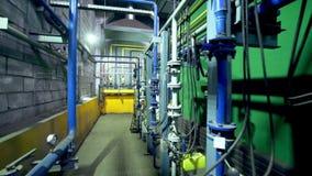 Motie langs bakstenen muur en pijpleidingensysteem in workshop stock videobeelden