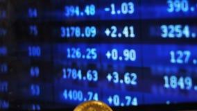 Motie neer langs Handelsresultaten aan Bitcoin-Model stock videobeelden