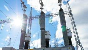Motie rond krachtige elektrotransformator stock footage