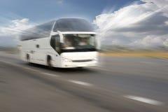 Motie vaag beeld van het drijven van bus stock fotografie