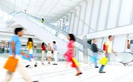 Motie Vage Mensen in het Winkelcomplex Stock Fotografie