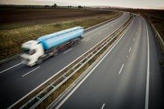 Motie vage vrachtwagen op een weg Stock Afbeeldingen
