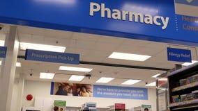 Motie van apotheekafdeling binnen Walmart-opslag stock footage