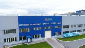 Motie van bandfabriek de bouwvoorgevel met embleem aan luchtmening stock footage
