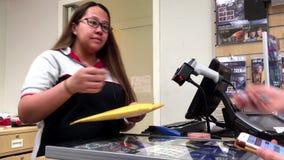 Motie van bediende die identiteitskaart controleren klant die haar pakket opnemen bij postkantoor