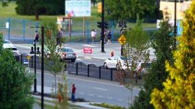 Motie van bezige verkeersstroom en mensen die in park voor de daggebeurtenis van Canada lopen stock videobeelden