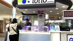 Motie van de detailhandelaar van het loterijkaartje stock footage