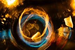 Motie van de hoge resolutie vertroebelde de Abstracte gloeiende cirkel achtergrond in donkere levendige rood, groen, geel, blauw Royalty-vrije Stock Foto