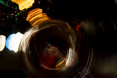 Motie van de hoge resolutie vertroebelde de Abstracte gloeiende cirkel achtergrond in donkere levendige rood, groen, geel, blauw Stock Afbeeldingen