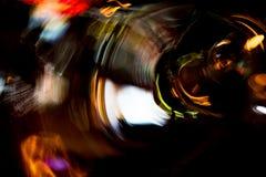 Motie van de hoge resolutie vertroebelde de Abstracte gloeiende cirkel achtergrond in donkere levendige rood, groen, geel, blauw Stock Foto's