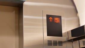 Motie van de leiding van de lift digitale vertoning aan vloer acht stock video