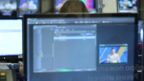 Motie van de Schermen op Muur met Grafisch Programma Te controleren stock footage