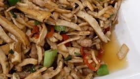 Motie van droog boon gebraden varkensvlees op plaat binnen restaurant stock videobeelden