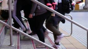 Motie van forenzen die op trede bij MRT ingang lopen stock footage