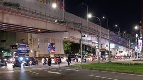 Motie van forenzen en auto's die door weg bij nacht overgaan stock footage
