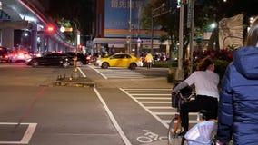 Motie van forenzen en auto's die door weg na het letten op vuurwerk bij nacht overgaan stock video
