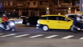 Motie van forenzen en auto's die door weg na het letten op vuurwerk bij nacht overgaan stock footage