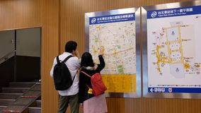 Motie van forenzen het controleren van kaart van het de postgebied van Taipeh de hoofd stock video
