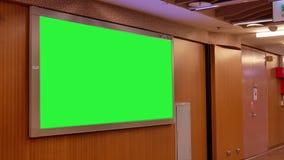 Motie van forenzen het lopen van hoofd de postgebied van Taipeh met één groen aanplakbord stock video