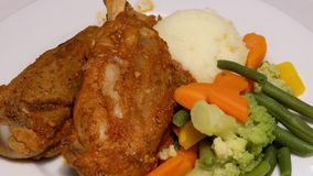 Motie van gebraden kippenmaaltijd op lijst binnen Ikea-opslag stock footage