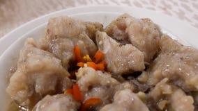 Motie van gebraden varkensvlees en hete peper op lijst binnen Chinees restaurant stock videobeelden
