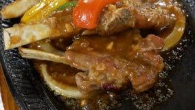 Motie van heet lapje vlees op lijst binnen Chinees restaurant stock video