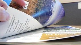 Motie van het tijdschrift van de vrouwenlezing bij bibliotheek binnen universiteitscompus stock video