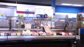 Motie van het vleesrek van de arbeiders schoonmakend vertoning bij gevogeltesectie stock footage