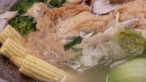 Motie van hete kokende soep met stoom binnen Chinees restaurant stock video
