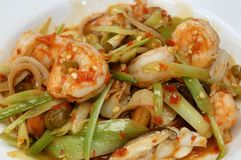 Motie van hete kruidige gebraden garnalen met groente op lijst Stock Fotografie