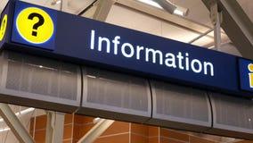 Motie van informatieteken bij YVR-luchthaven stock video