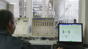 Motie van ingenieur in ruimte voorbij computer aan de workshop van de korrelsproductie stock videobeelden