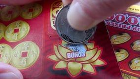 Motie van kaartje van de vrouwen het krassende loterij bij bonussectie stock video