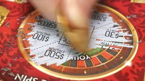 Motie van kaartje van de vrouwen het krassende loterij met 4k-resolutie stock video