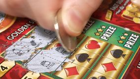 Motie van kaartje van de vrouwen het krassende loterij met 4k-resolutie stock videobeelden