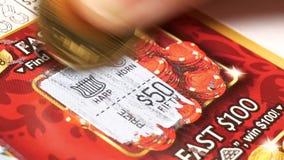 Motie van kaartje van de vrouwen het krassende loterij thuis stock videobeelden