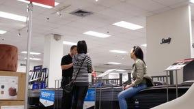 Motie van klant het winkelen matras binnen de Baaiopslag stock videobeelden