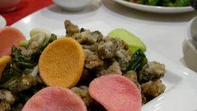 Motie van kleine oestervoorgerechten op lijst binnen Chinees restaurant stock footage