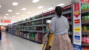 Motie van mensen die dranken binnen Walmart-opslag kopen stock videobeelden